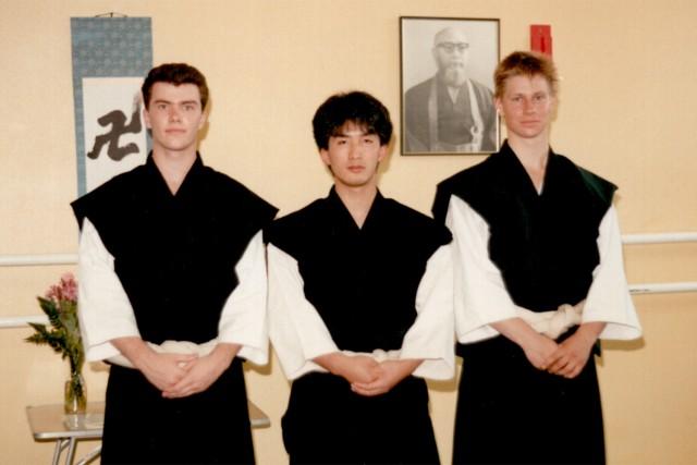 Morikawa Kazuhito-sensei flankerad av Anders till vänster och Åke till höger i samband med en uppvisning i Karlstad 1988.