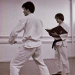 Karlstad shibu cirka 1985. Roy-sensei håller gradering och Anders Pettersson visar vad han kan.