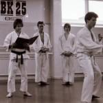 Karlstad shibu cirka 1985. Roy-sensei håller gradering. Från vänster Roy-sensei, Mikael Sjödin, Åke Olsson & Anders Pettersson.