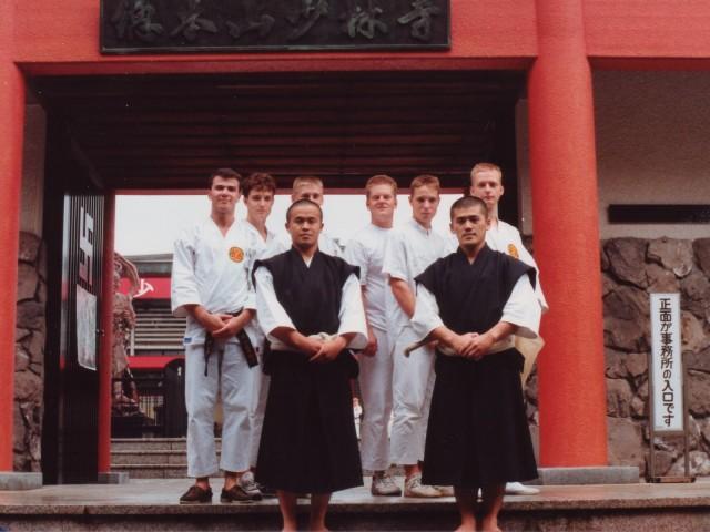 Svenska kenshi framför niōmon (niō-porten) på hombu 1989. Längst fram står Shimura-sensei och Fujii-sensei, Anders står längst till vänster medan Åke skymtar bakom Shimura-sensei.
