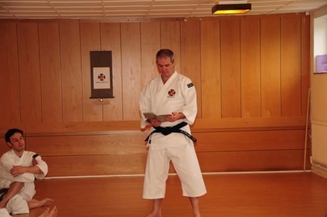 Anders-sensei svarar på frågor under träningsdagen i Skövde, maj 2010.