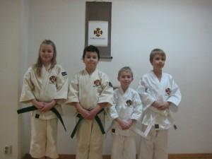 Tindra, Camilo, Neo och Viktor efter sin gradering.
