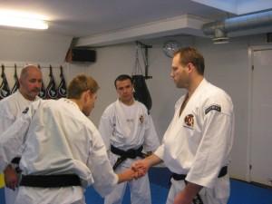 Leif Kekonius gör gyaku konoha geashi på Arnaud Tiquet, Boban och Mansur studerar hur det går till.