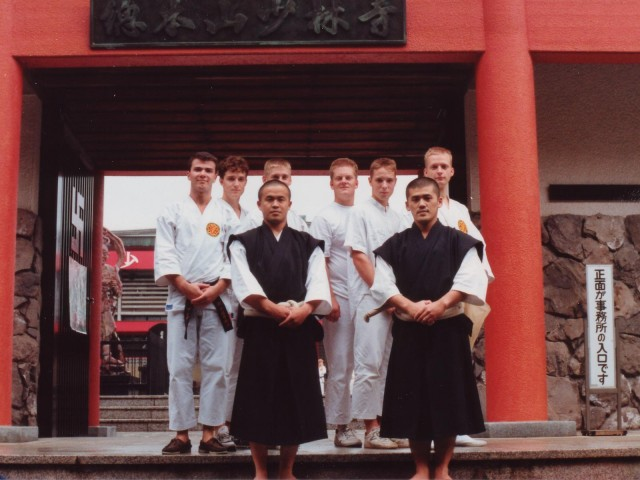 Swedish kenshi in front of niōmon (the niō gate) at Hombu in 1989. At the front stands Shimura sensei and Fujii sensei, Anders is in the far left while Åke is directly behind Shimura sensei.