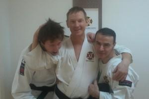Kenta flankerad av Anders Davidsson och Mansur