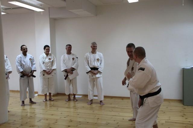 Steve-sensei undervisar och alla ler och uppskattar undervisningen