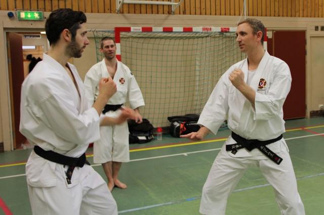 Kenneth och Pontus tränar under överinseende av Åke-sensei