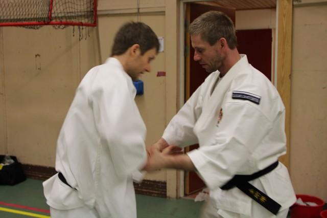 Även de högre graderade fick chansen att träna med varandra, här Per Lindblom och Åke Olsson, båda 5 dan, tränande på sina tekniker.
