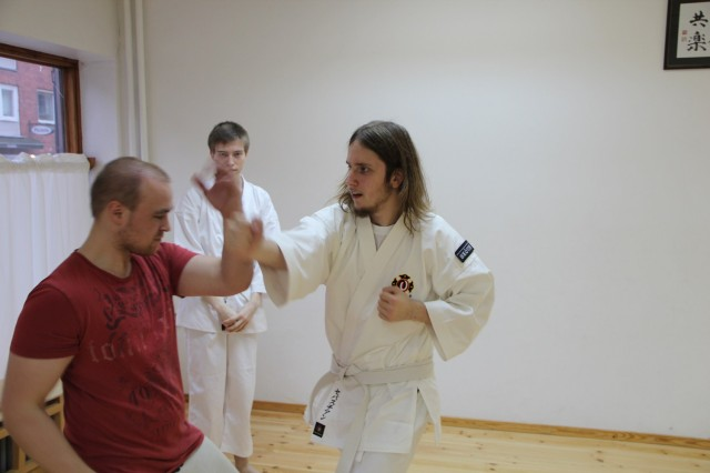 Minarai från Skövde tränar uchi uke zuki