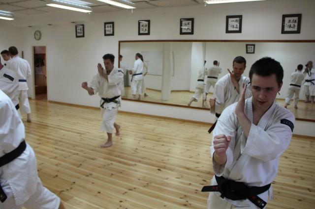 Yūdansha (svartbälten) tränar kō manji ken
