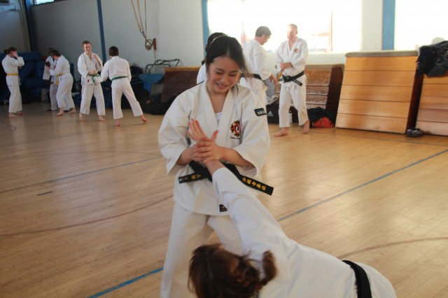 Iemura-san, kenshi från ett japanskt universitet men för tillfället boende i England, tränar med Michelle.