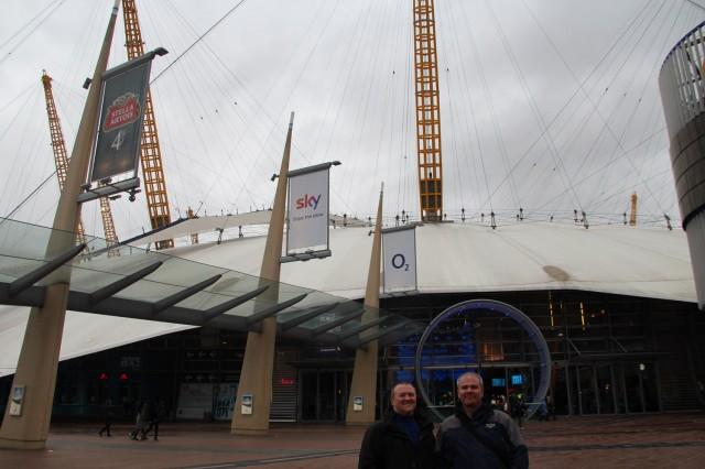 Steve & Anders framför the O2 arena.