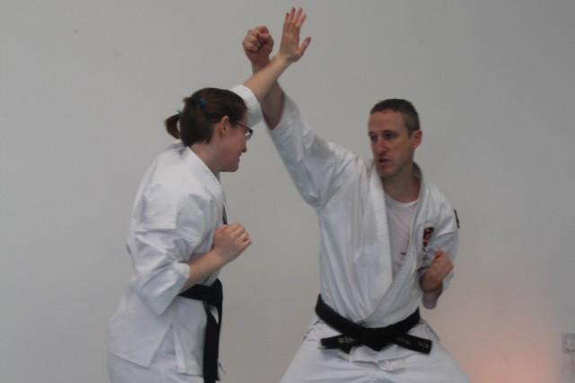 Jonny Daymond, som även var värd för lägret, tränar tenchiken dai ikkei sōtai.