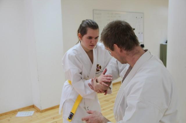 Alva är fullständigt fokuserad när hon gör kiri gote på Åke-sensei