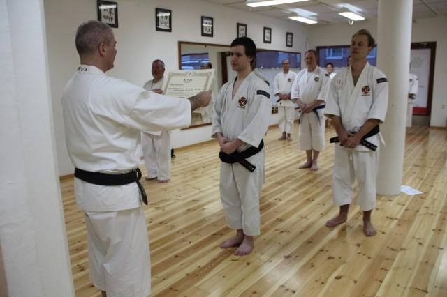 Andreas från Skövde fick sitt inkajō (diplom) för sin gradering till shodan. Graderingen klarades av redan i somras men det tog lite tid innan diplomet kom.