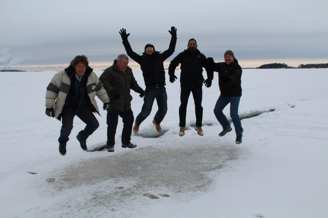 Ett traditionellt hopp av britterna ute Vänerns is