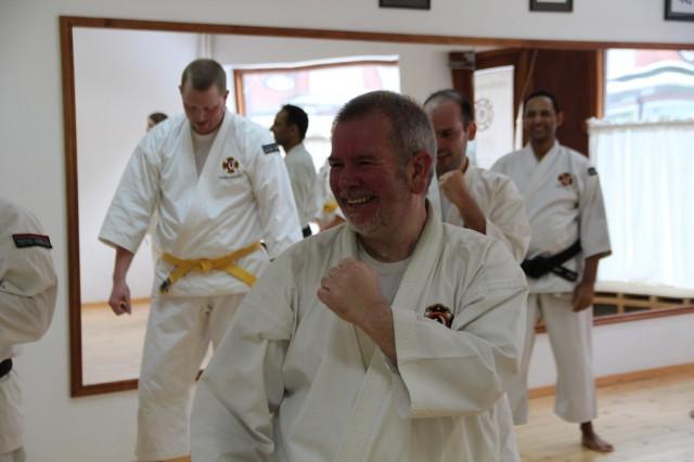 Paul Browne visar upp ett glatt ansikte under träningen