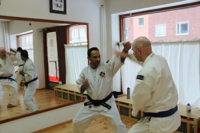 Piyush och Magnus tränar tenchiken dai ikkei sōtai