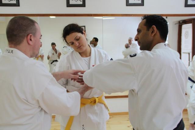 Steve-sensei undervisar Linda och Piyush