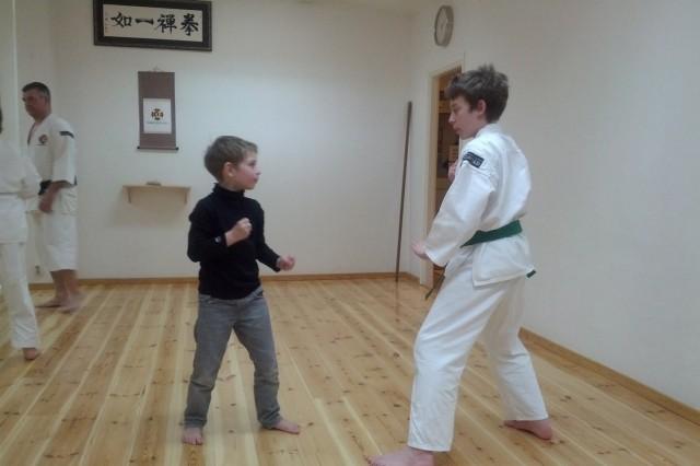 Rickard tränar med en av de som kom och provade på Shorinji Kempo under sportlovet