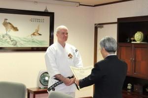 Anders-sensei får inkajō (certifikat) för 6 dan av Onishi-sensei