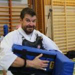 Seppo, från Finland, görs sig redo för mitts-träning