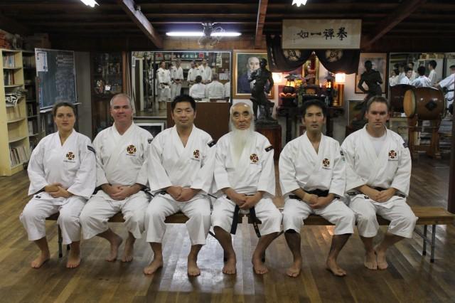 Föreningens medlemmar som besökte Rakutō dōin 2013, från vänster; Linda, Anders sensei, Morikawa Hirohito sensei, Morikawa Zeoh sensei, Morikawa Kazuhito sensei, Christer