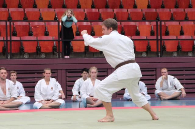 Christer gör sin tandoku embu, medan de övriga tävlingsdeltagarna tittar på.