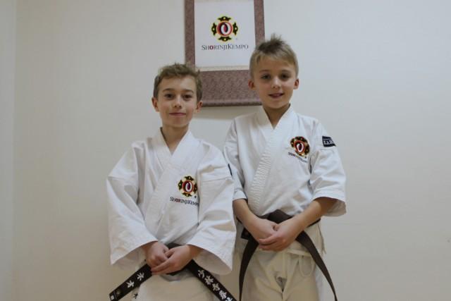 Neo och Olof efter lyckad gradering till sankyū (3 kyū) i nya bruna bälten.