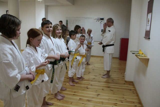 Giving out bukai sodeshō to those kenshi that passed their grading test.