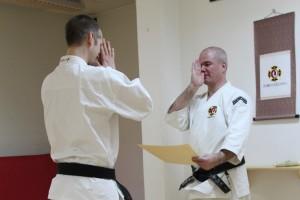 Richard får sitt inkajō för chūkenshi sandan (3 dan) från Anders-sensei