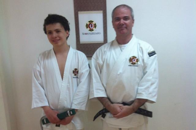 Teo efter sin lyckade gradering till 6 kyū tillsammans med Anders-sensei