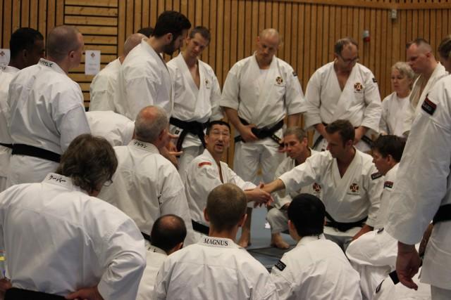 Kaihoko-sensei förklarar detaljer i kannuki i gruppen för 3-6 dan