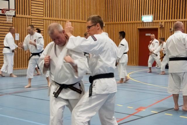 Magnus från Stockholm Östra tränar tillsammans med Paul från Harrow i England