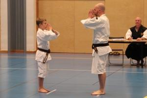 Neo med sin pappa Niklas när de ska visa upp sin embu
