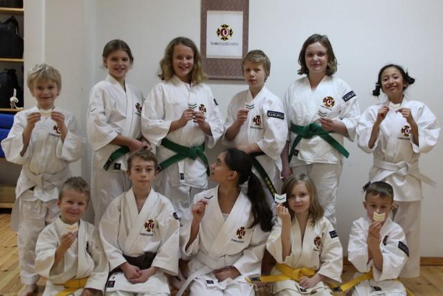 """Den här träningen hann vi även dela ut """"bukai sodesho"""" (ärmmärken med vinklar som indikerar grad) till alla de som graderat."""